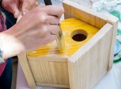 """Taller de  manualidades  """"Casitas de  madera con  pinturas y otros  elementos"""""""